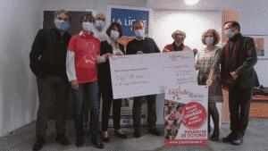 remise de cheque à la ligue contre le cancer par la sainte rose à saint etienne